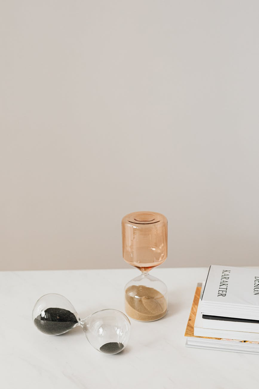 La inspiración existe - Pablo Picasso -different sandglasses on table near books
