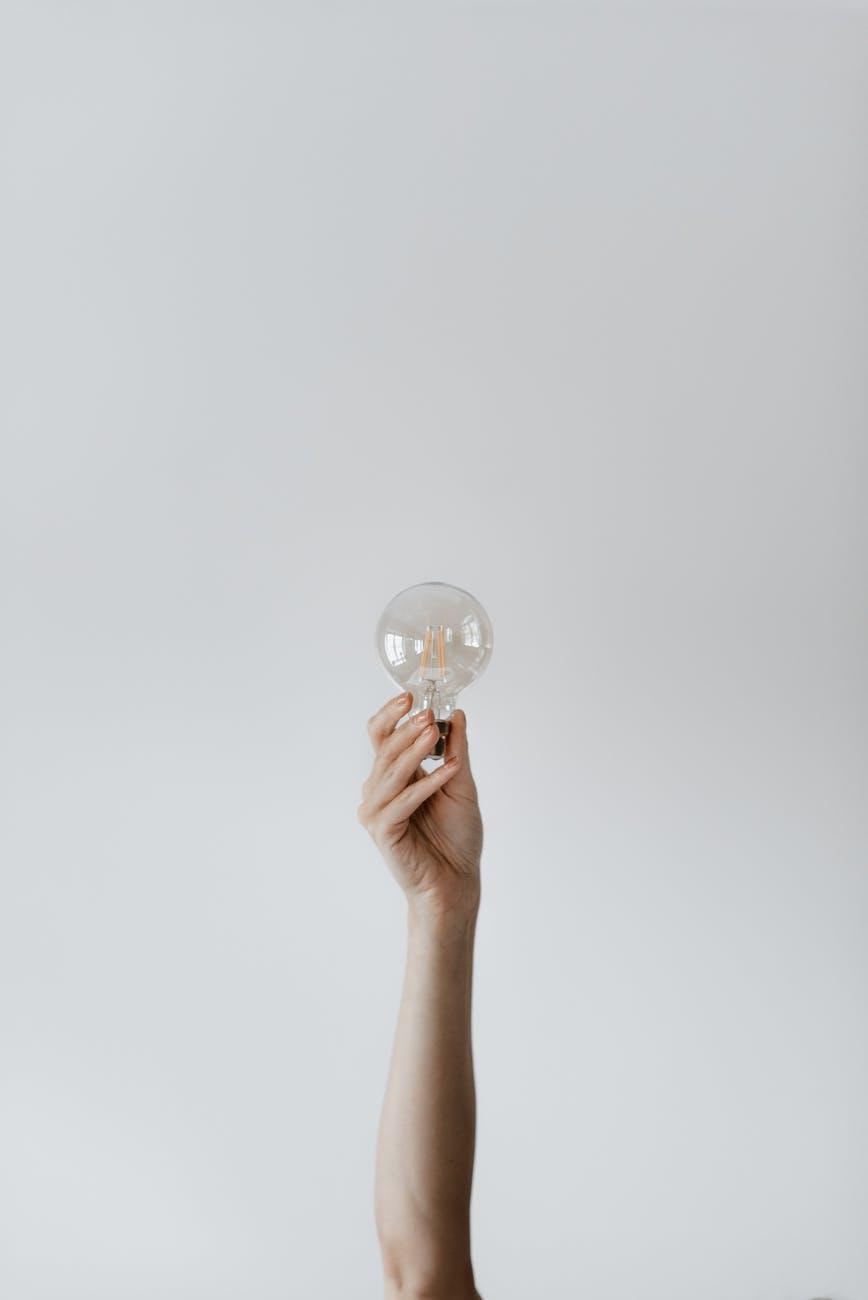 La inspiración existe - Pablo Picasso - anonymous female showing light bulb